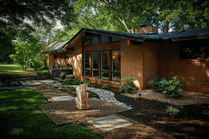 mid-century-modern-home-outdoors