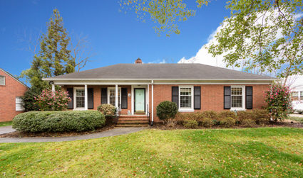Home of the day: Classic brick ranch in Beverly Woods /...