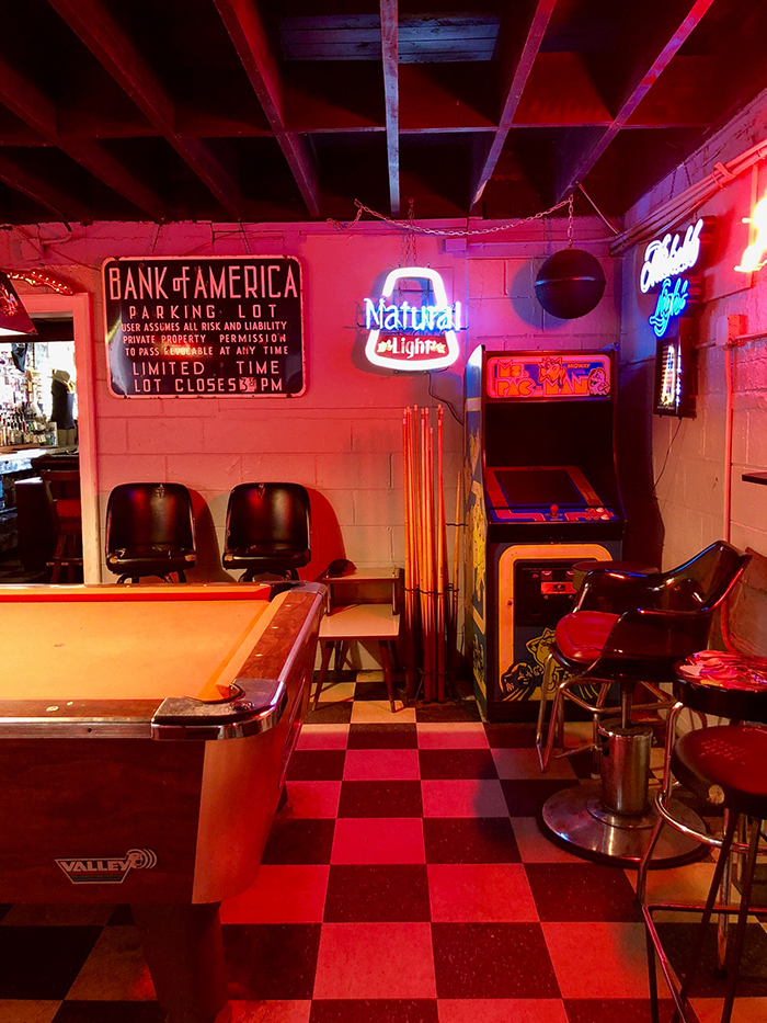 pool-table-at-thirsty-beaver-bar