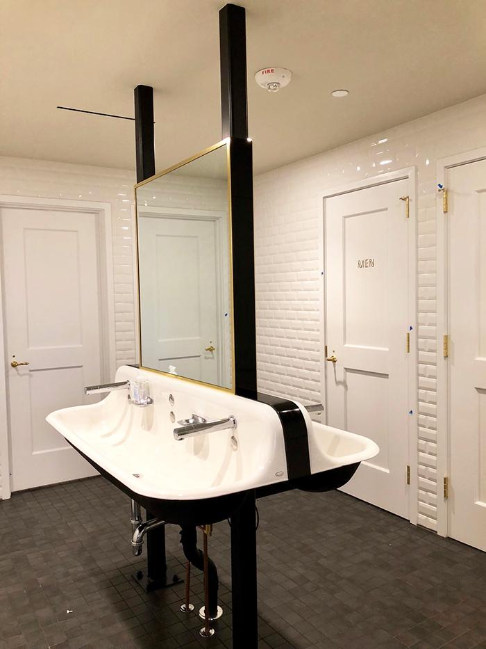 restaurant-la-belle-helene-restroom