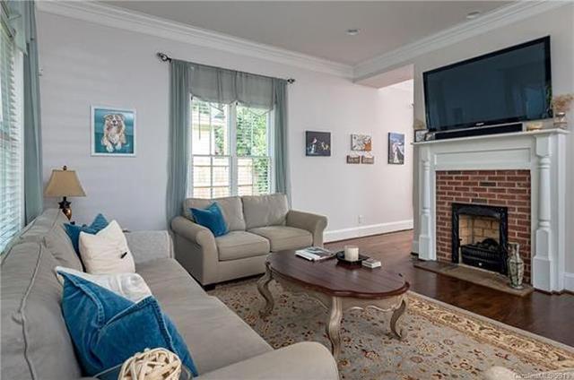 1915 Lyndhurst Ave living room