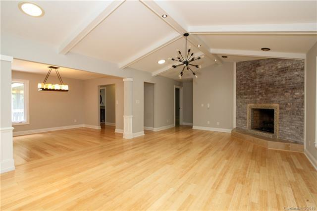 4025 Kingscote Circle living room