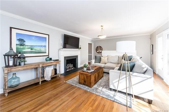 5418 Robinhood Road living room