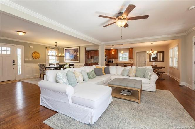 1709 Runnymede Ln living room