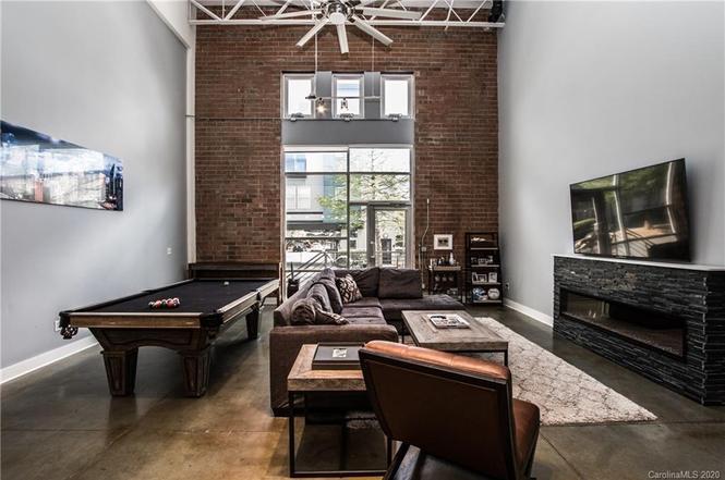915 W Hill St living room