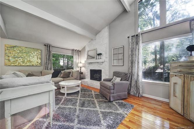 221 Misty Dawn Ln living room