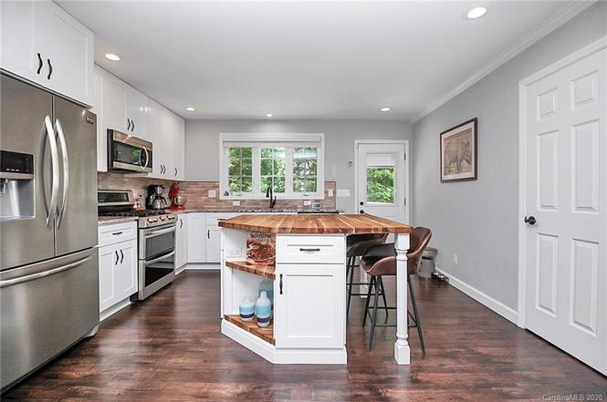 3431 Airlie St kitchen