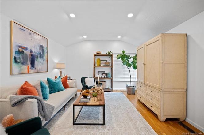 633 Cooper Dr living room