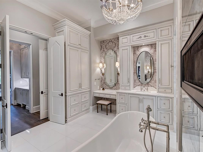 154 Tennessee Circle owner's bath