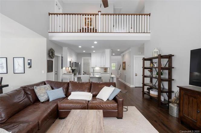 7418 Avonhurst Ln living room