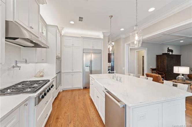 1111 Chollywood Dr kitchen