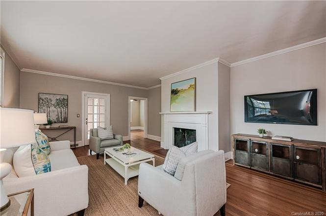 6000 Sharon Rd living room