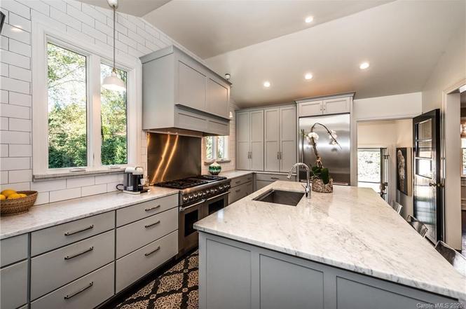 2746 Hampton Ave. kitchen